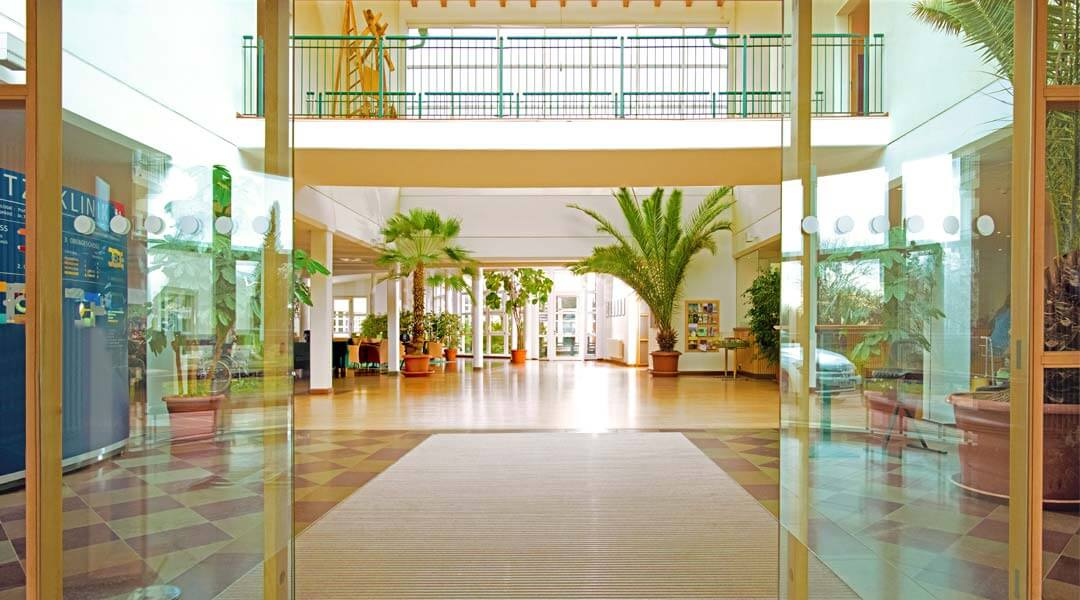 Der Eingangsbereich der Moritz Klinik in Bad Klosterlausnitz Thüringen