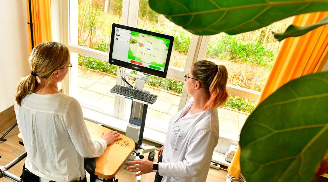 Ergotherapie Patientin mit Ergotherapeutin in Einzeltherapie