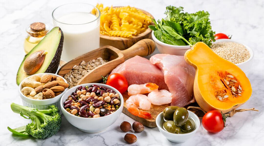 Tisch voll mit Lebensmittel für die Ernährungsberatung