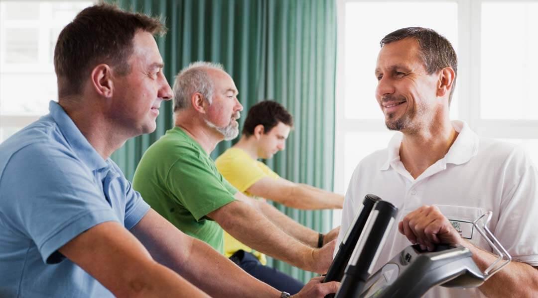 Sporttherapie Gruppentraining Geräte