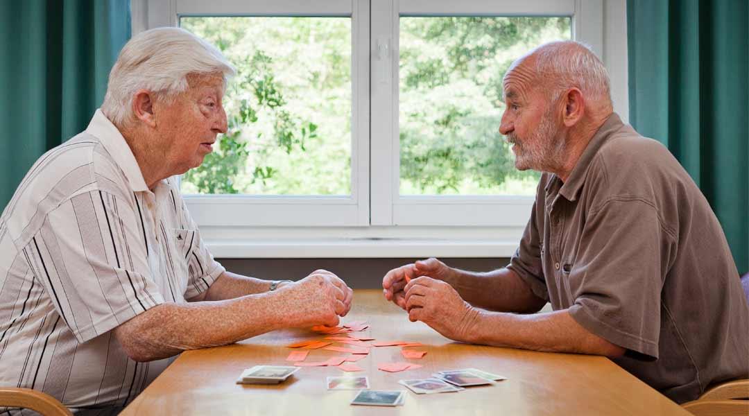 Sprachtherapie Frau und Mann beim gemeinsamen Karten spielen