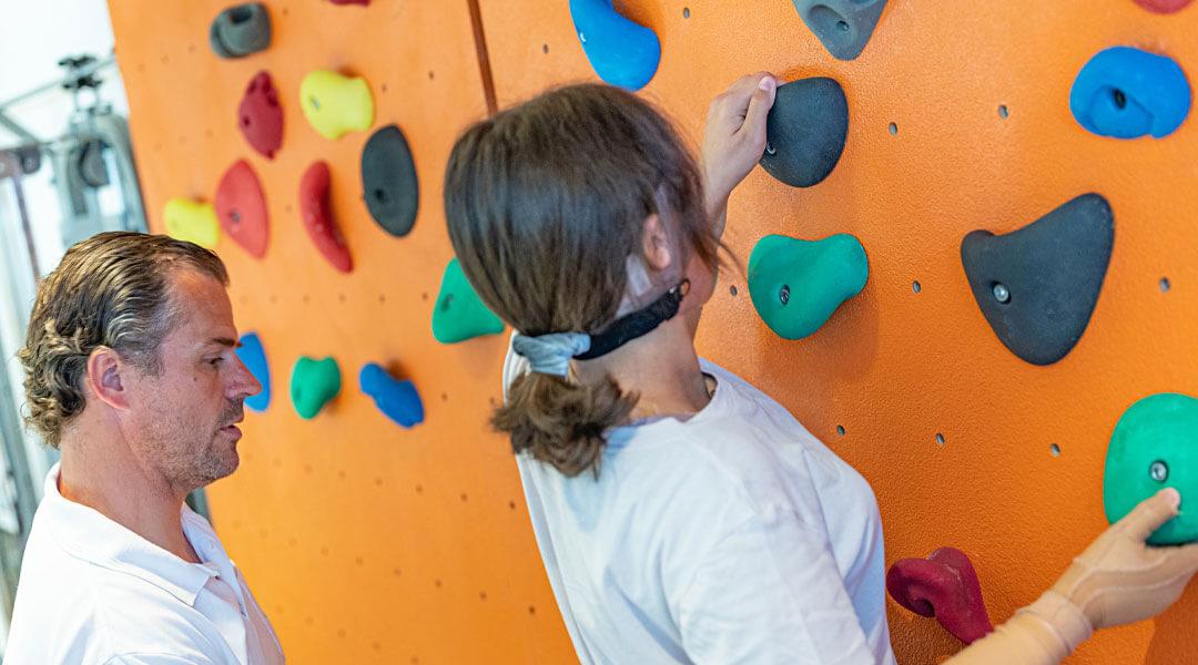 Medizinische Trainingstherapie Kletterwand als Therapieraum