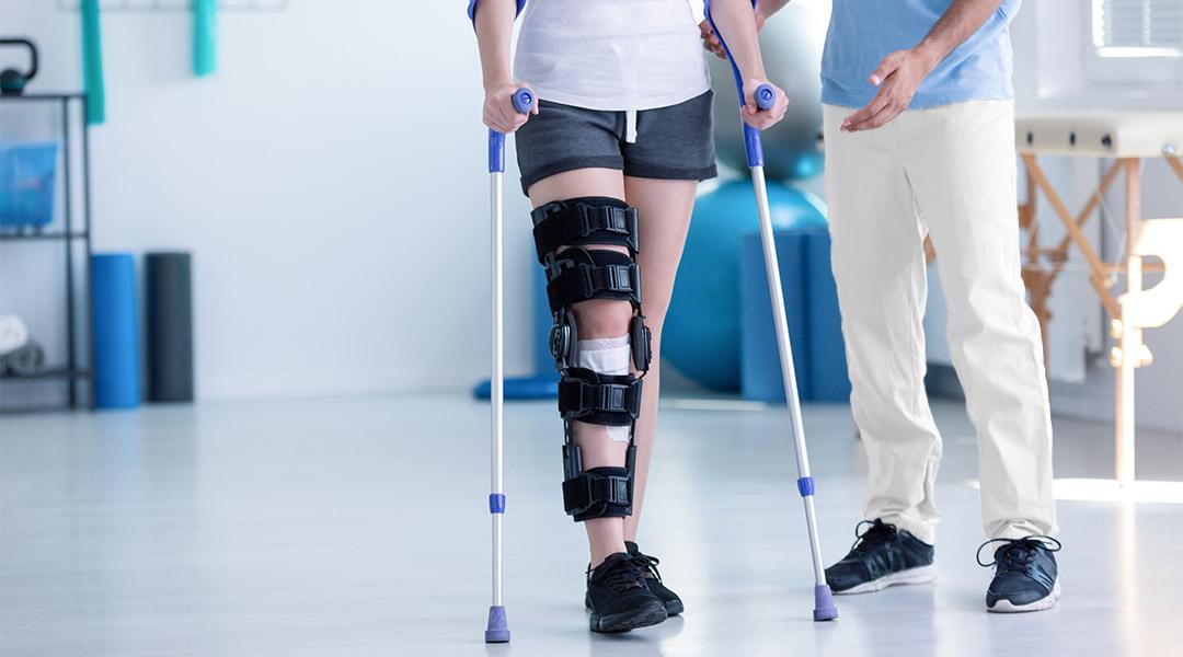 Professionelle Hilfe von einem Pfleger in der Orthopädie