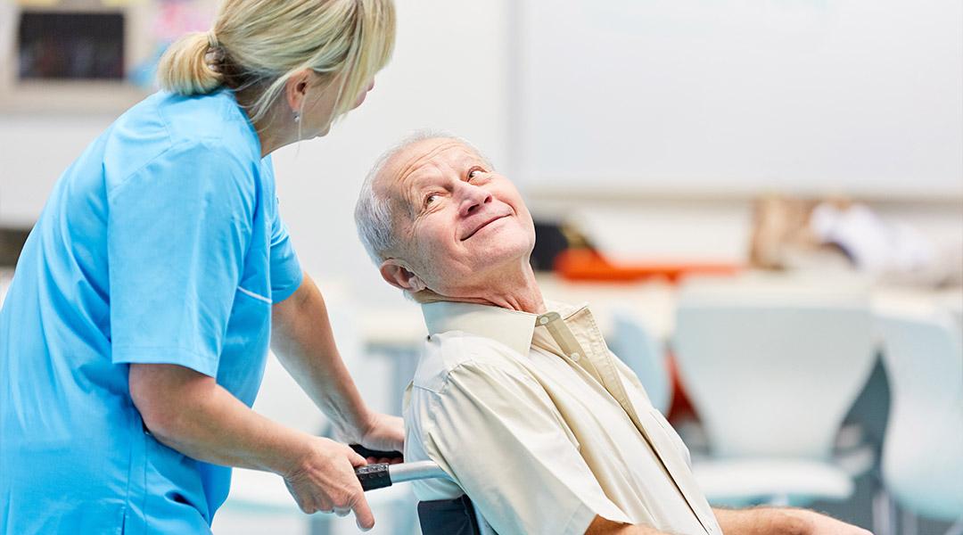 Pflegerin betreut einen Patienten in der Betreuung & Pflege