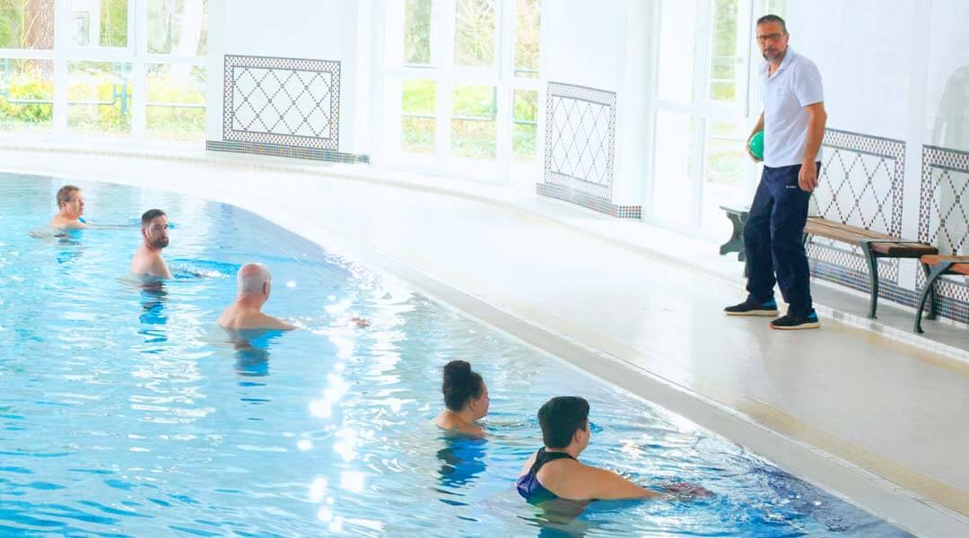 Physikalische Therapie Gruppentraining im Schwimmbad