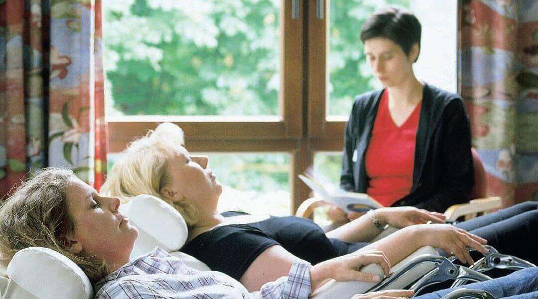 Psychologie Psychologin list etwas vor, Patientinnen entspannen