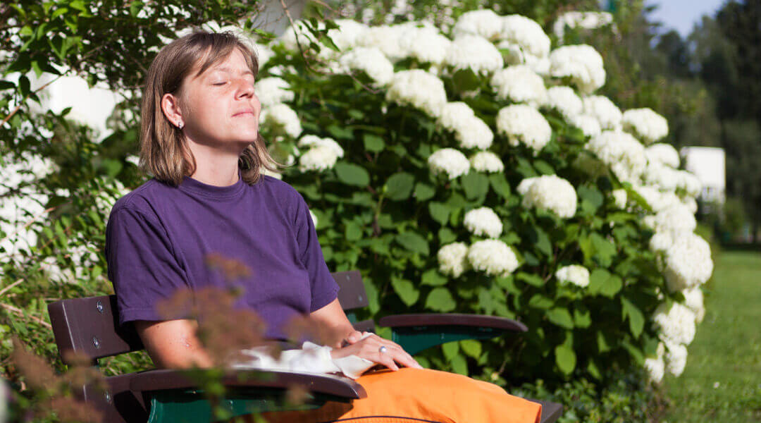 Stressbewältigung Erholung auf der Parkbank