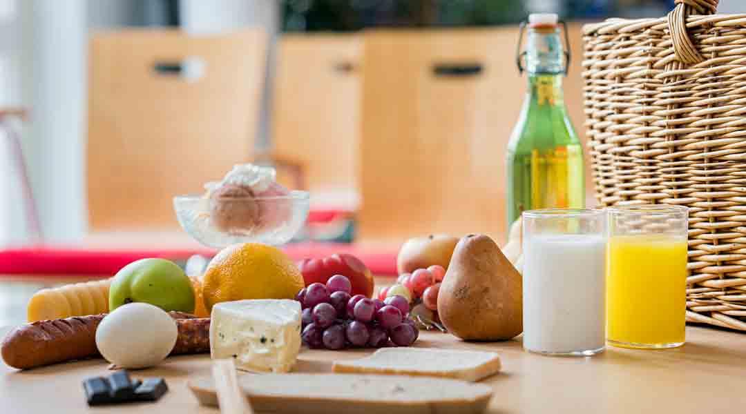 Tisch mit Lebensmittel