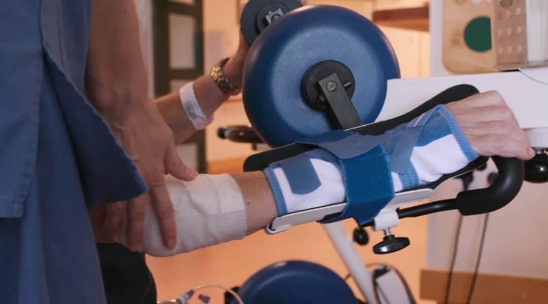 Physikalische Therapie Training mit dem Bewegungstherapiegerät motomed